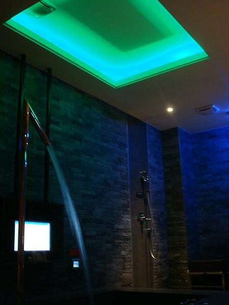 房間燈光會變色