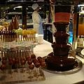 巧克力噴泉 旁邊有很多水果類及棉花糖可以搵 XD