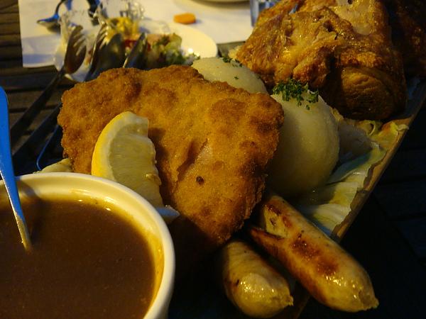 香酥豬排 + 德式洋芋丸子 + 香草肉腸