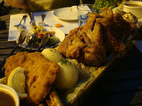 再來是主角~德式烤豬腳 下面撲滿德式酸菜