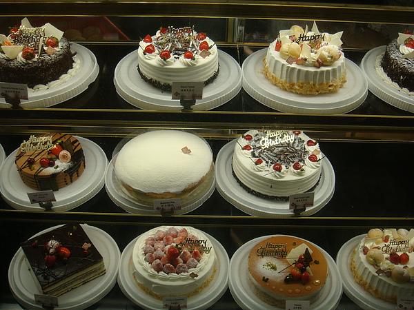 櫥窗可口的蛋糕
