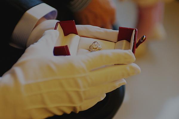 新郎捧著戒指等著新娘出來
