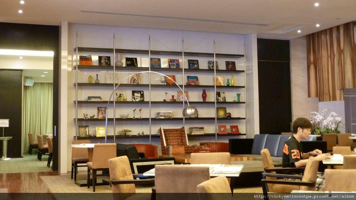 喜歡這區的擺設 有家裡書房慵懶的味道