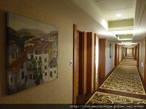 走廊也掛著油畫