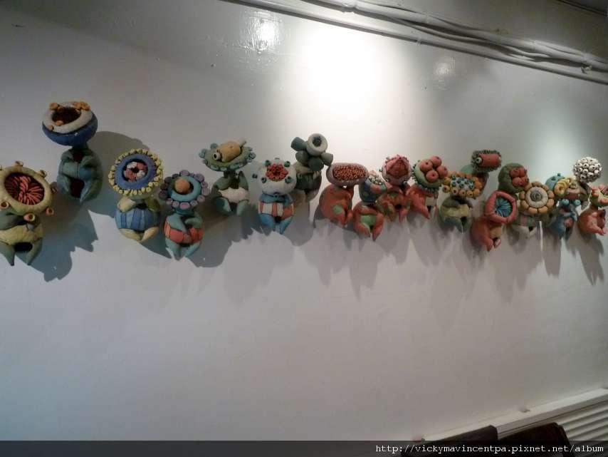 這面牆的裝飾很五彩