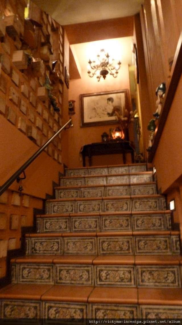 通往2F的樓梯充滿童趣