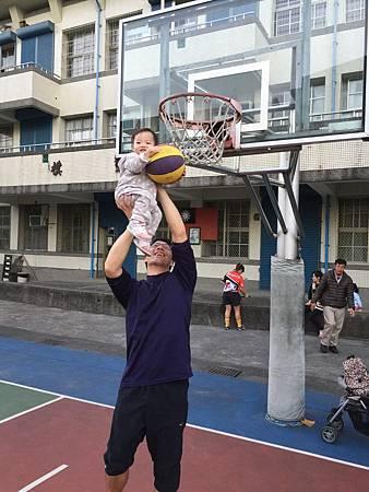 17'12'10宜蘭今天難得出現藍天白雲天氣好,弟弟一直吵著要玩打籃球,趕緊來到中山國小!後來變成在跑全場
