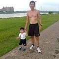 爸爸跑步後,帶著宥宥在微風運河旁散步。