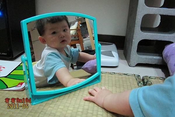 有人在照鏡子喔!