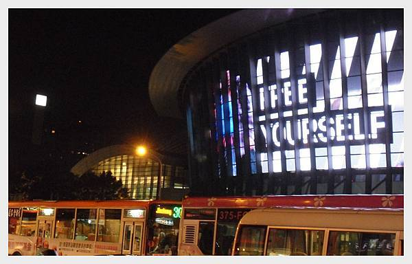 A0007_小巨蛋前的公車流960x600.jpg