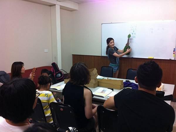 康達藥局 ukulele上課中