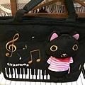 立體黑貓鋼琴琴袋 尺寸:40x28 cm (可放琴譜) 材質:絨毛布 售價:599元