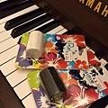 夏威夷手指沙鈴 用途:可用搭配烏克麗麗使用 尺寸:free (大人小孩都可以用 ) 顏色:黑白兩色 售價:300元