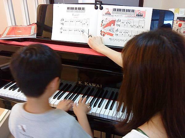 芬卡老師與張小朋友 ~鋼琴課   2010 5 7