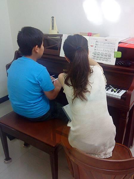 許老師與張小朋友 ~鋼琴課 2010 5 7
