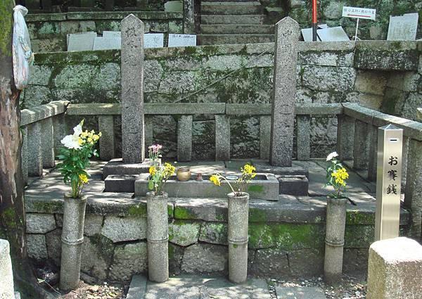 霊山墓地にある龍馬の墓.jpg