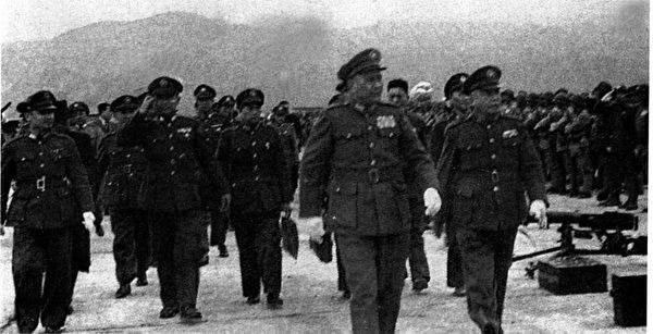 1947年二二八後,國防部長白崇禧(前右2)來台宣慰.jpg