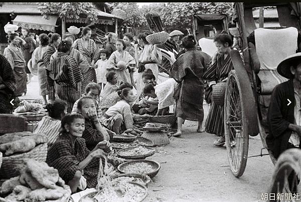那覇市にあった市場の様子。1935年に大阪朝日新聞の藤本護記者が撮影した白黒の元画像.png