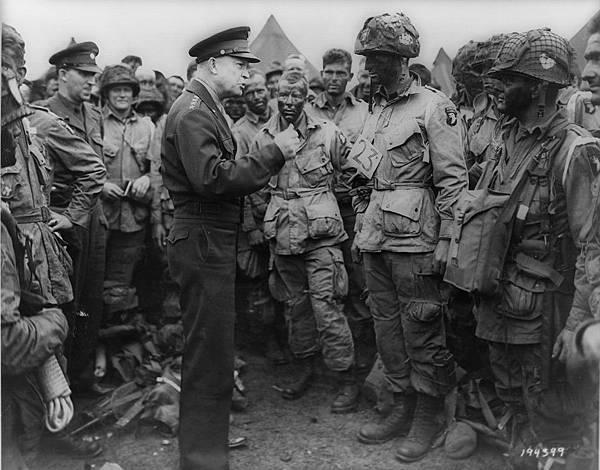 艾森豪威爾視察第101空降師官兵.jpg
