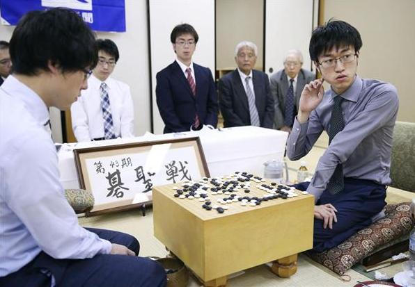 第1局で井山裕太碁聖(左)を破った許家元七段(產經新聞).png