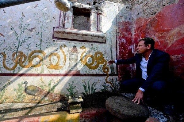 在龐貝古城較少探索的遺址區域發現一座小型祭壇和畫著花草動物的彩色壁畫.jpg