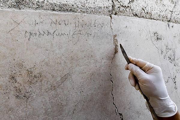 考古團隊在一間正在翻修的古建築牆上發現寫著「XVI K Nov」字樣的木炭塗鴉.jpg