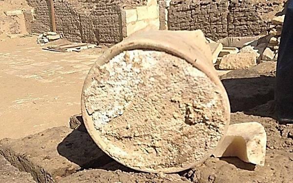埃及考古學家在古埃及孟菲斯市長的墓地發現至少存在3200年以上的陳年老乳酪.jpg
