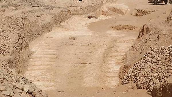 考古團隊在Hatnub採石場挖到一道巨大斜坡.jpg