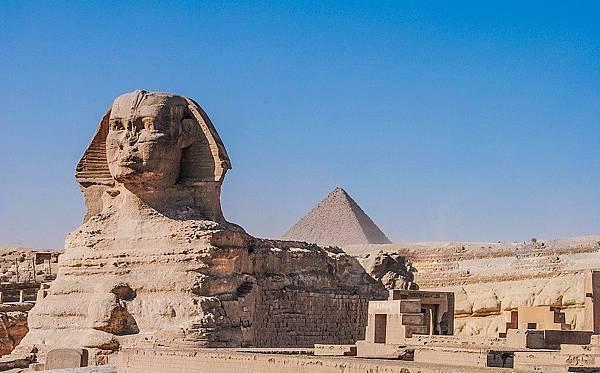 位於卡夫拉金字塔旁的獅身人面像一號.jpg