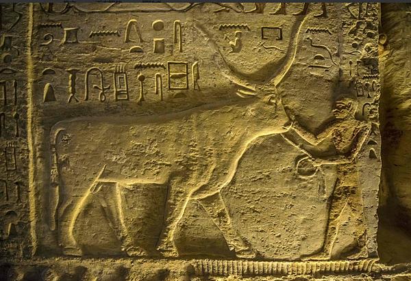 這座墓穴不僅保留大量描繪當時日常生活的壁畫,還有好幾尊瓦提耶與其家人的彩色雕像.png