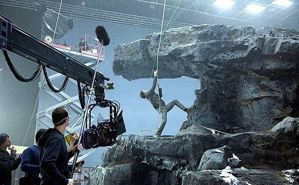 【顛倒世界】結合綠幕和打造場景拍攝,吉姆吊鋼絲辛苦拍攝