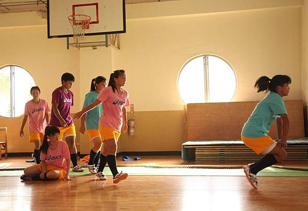 【志氣】拔河隊女孩們自願為春英蛙跳