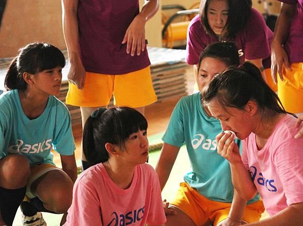 【志氣】瑤瑤和拔河隊女孩拍戲過程感情融洽