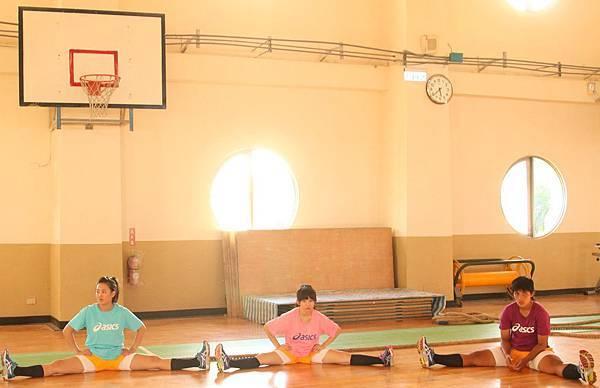 【志氣】每天需要伸展拉筋練習,瑤瑤和拔河隊同學一同熱身