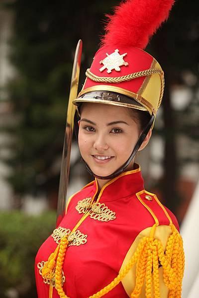 【志氣】片中昆凌飾演照顧郭書瑤的儀隊學姊,一起幫繩力女孩加油打氣