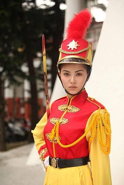 【志氣】身穿同樣知名的景女儀隊制服的昆凌,為詮釋苦練耍刀