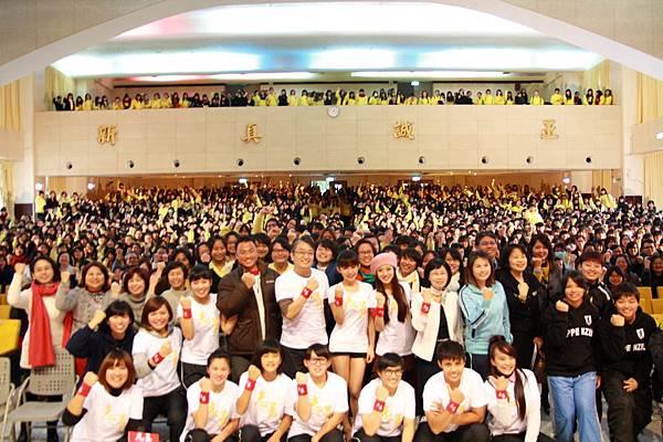 校園首映導演演員和全校兩千多名師生一起大合照