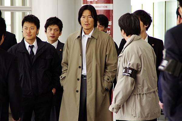 豐川悅司這次在電影中飾演嚴謹的警視廳刑事,緝捕二宮和也到案