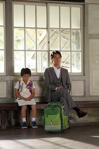 湯川學教授這次將在海邊遇到他最討厭的小孩,卻和男孩一同經歷難解謎團