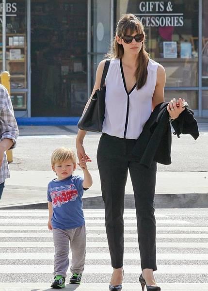 女主角珍妮佛加納受訪表示小兒子山繆雖僅兩歲,但很愛美式足球,可看完整場球賽.jpg