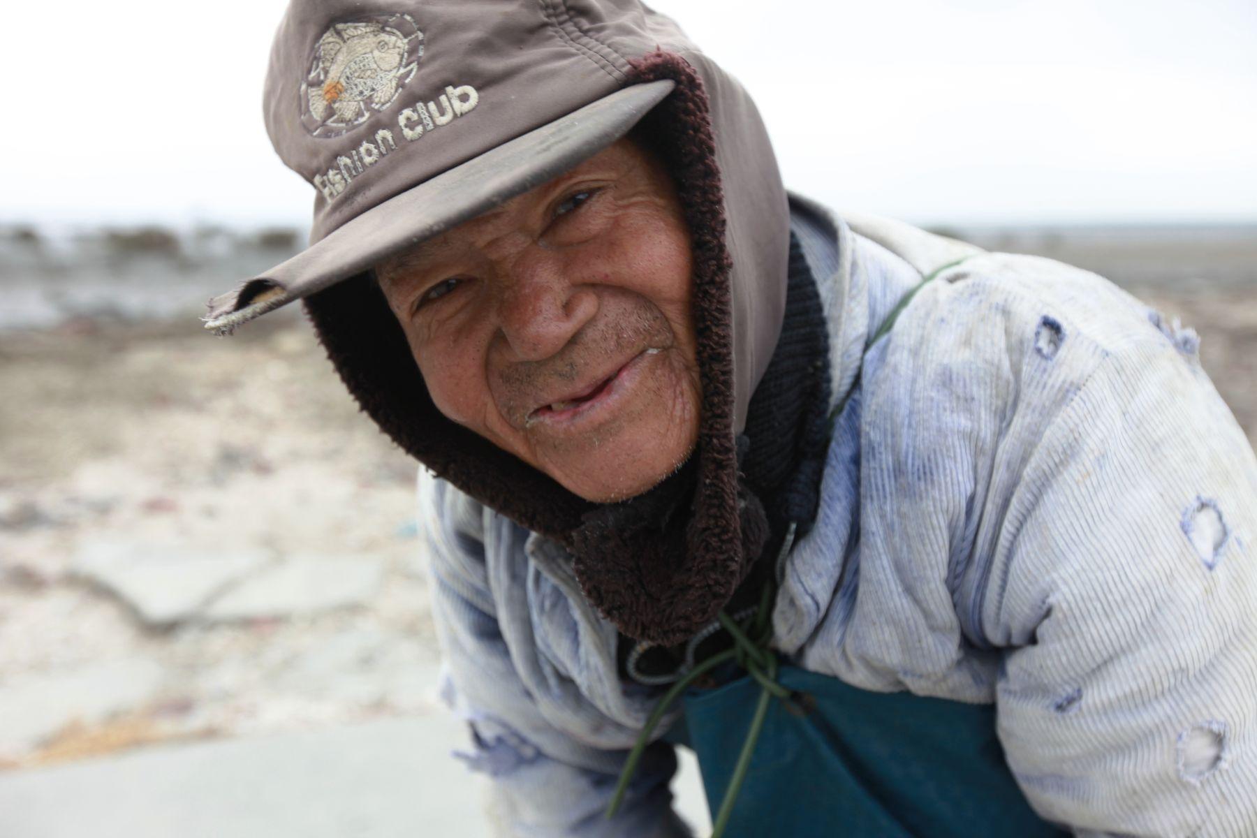 2011.01-柯金源攝-洪火發在冬天最低溫的時候還是到泥灘地撿蚵_1865.JPG