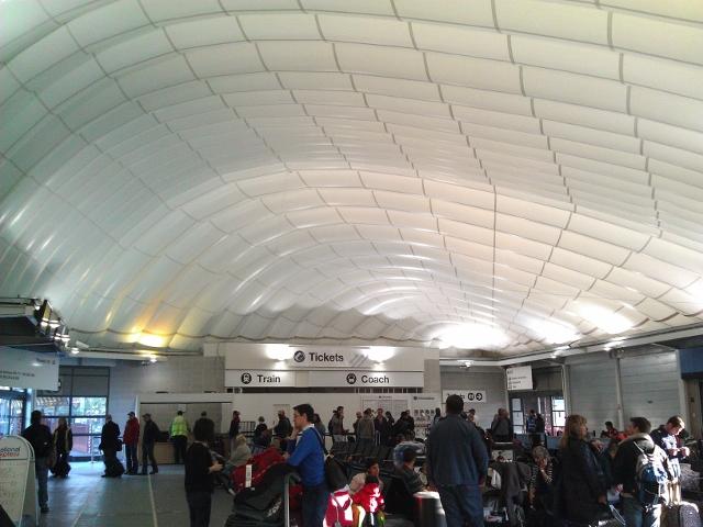 白色貝殼形屋頂的Coach 車站