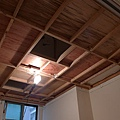 小臥的天花板儲藏室已成型囉!