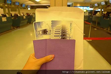 清晨5點半~拿到護照和機票囉!