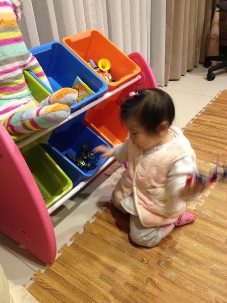 10R小妹自己拿玩具