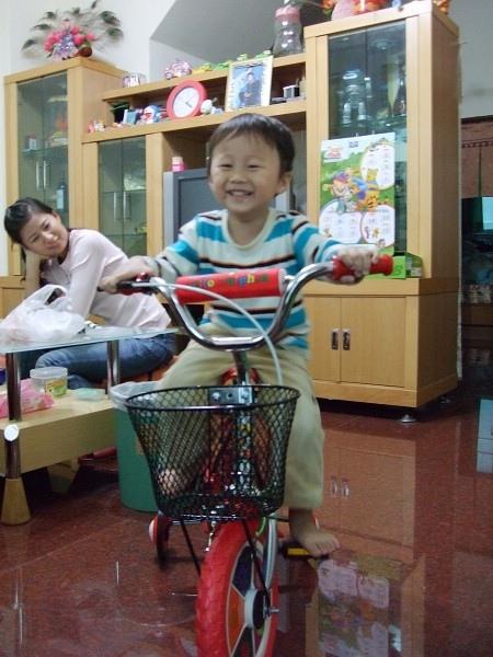 把拔幫我買新腳踏車~ 是我最喜歡的紅色唷!
