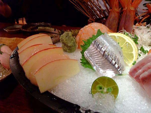 右邊銀色的應該是星鰻吧?左邊就是超肥美的干貝!