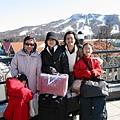 輕井澤是好地方 可以滑雪避暑 後面那一排都是outlet 女士們可樂的呢