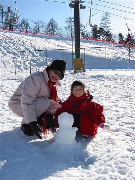 親自動手做以後才知道 雪人超難堆 自己都快成了雪人