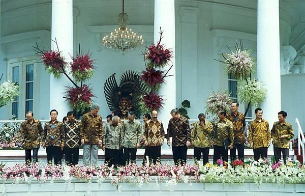 這屆開始主辦國都會為參加領袖會議的貴賓準備當地傳統服飾 自此成為慣例